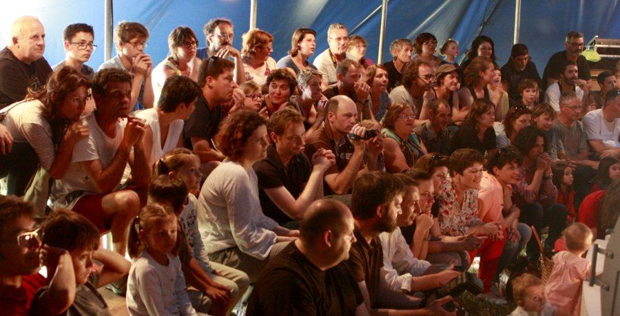 public dans le chapiteau
